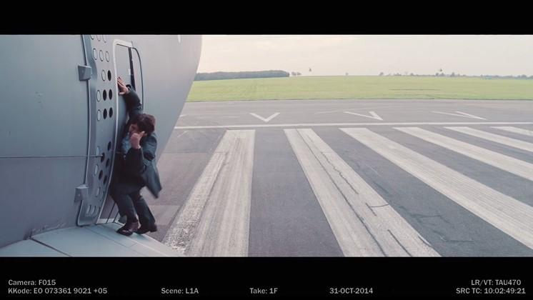Tom Cruise hänger på ett flygplan när det lyfter - på riktigt