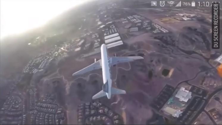 Drönare flyger ovanför passagerarplan