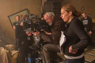 Hon får sitt filmmanus filmat av två olika filmteam